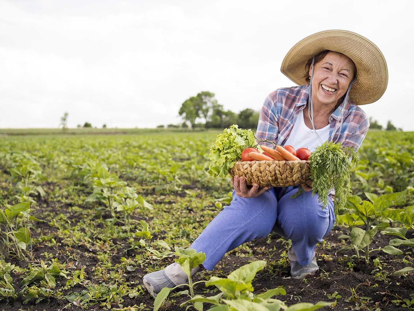 Sebze Toplayan Kadın